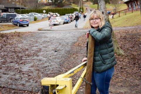 SER TIL LUNNER: Liv Marit Lien Glemmested vet at en skole i Lunner har en bom som hindrer trafikk opp til skolen.