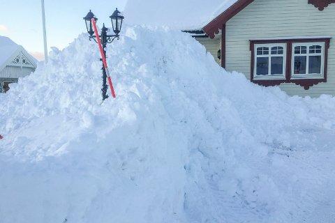 MYE SNØ: Brøytekantene begynner å bli høye i Leknes i Lofoten, etter de siste dagenes snøfall.