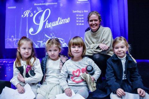 HERLIG DAG!: Endelig, sa Showskolegrûnder Guro Helleseter som sammen med Isabelle Sofia, Lillie, Henriette og Thelma har gledet seg lenge til juleshowet Showtime.