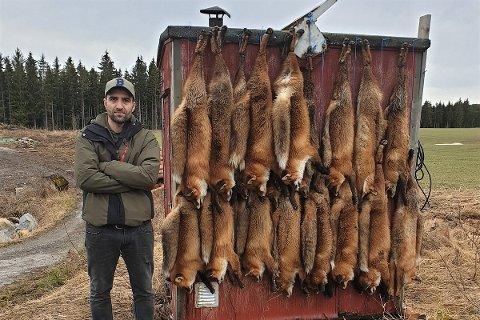 REVEJEGER: Hakan Simsek fra Hønefoss jakter rev. - Mange av disse dyrene lider. Det er vondt å se, sier han.