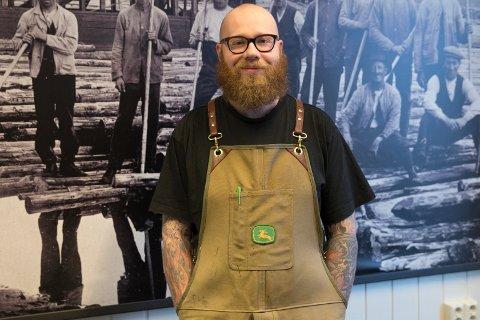 TATOVERING: Kjetil Fuglesang Olsen (32) innehaver av Timber Tattoo i Hønefoss tatoverer til inntekt for barnekreftsaken. – Det er åttende gangen jeg gjør det.