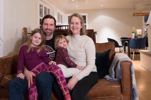 FAMILIEN: Tim Steinhardt (36) med Anna (5) på fanget og Tone Leinebø Steinhardt )36) med Clara (3) på fanget. - Vi trives i Hole og det er godt å bo i Norge, sier Tim.