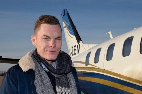 GLEDER SEG: Henrik Melbostad (bildet) og hans forretningspartner Torben Biehl Jensen har spennende planer på Eggemoen. Nå har de flyverksted, og snart starter de flyskole for de bemidlede.