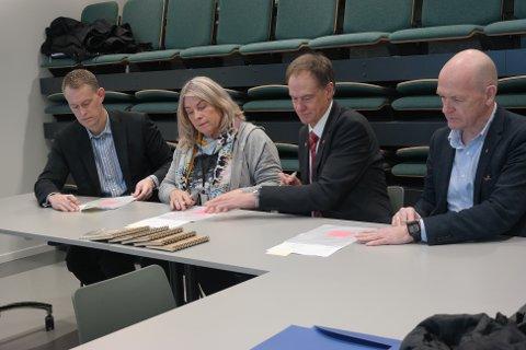 SIGNERING: Eric Nasby (f.v.), eierkontakt i  KLP, ordfører i Ringerike, Kirsten Orebråten, ordfører i Nore og Uvdal, Jan Gaute Bjerke og Hole-ordfører Syver Leivestad signerte fusjonsavtalen.