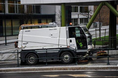 TIDLIG I GANG: Langs riks- og fylkesveiene er feiingen allerede godt i gang. Torsdag var NCC i virksomhet ved Arnemannsveien i Hønefoss.