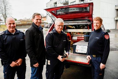 GLADE FOR NY BIL: Innsatslederne Harald Skaugrud, Ole Kristian Jakobsen og Tonny Jensen er glade for bilen de har fått i et spleiselag med Jakob Ruud og Varig Hadeland Forsikring.