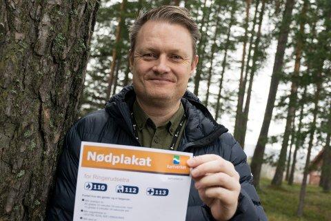 NØDPLAKAT: - Denne er lur å ha på hytta, sier formidlingsdirektør Tomas Martin Holtan i Kartverket.