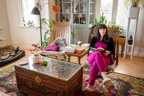 ØNSKER TING MED EN HISTORIE: Sunniva Ferrada (41) skal bygge drømmehuset på Austad. Nå bor hun, samboeren og deres fire barn på Danvik - hvor ingenting av interiøret er tilfeldig: – Jeg liker at jeg vet hvor ting kommer fra, at det har en historie.