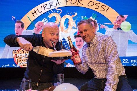 HØNEFOSSREVYEN: 20 år i 2020. Jonas Rønning og Bror Andersen gleder seg til å feire Hønefossrevyens bursdag. – Det er en berømt og raus 20-åring som trives i sitt nye hjem.