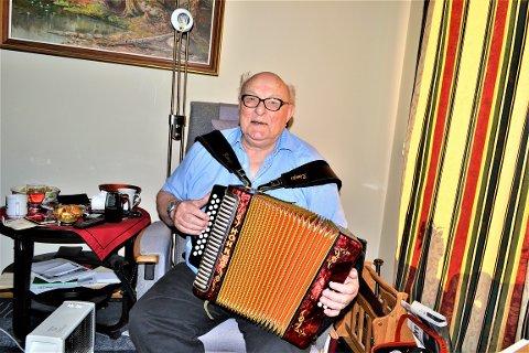 TORADEREN ER EN VENN: Som 68-åring kjøpte Arne Bråthen seg torader, og som 90-åring, har han fortsatt mange koselige stunder med trekkspillet i fanget.
