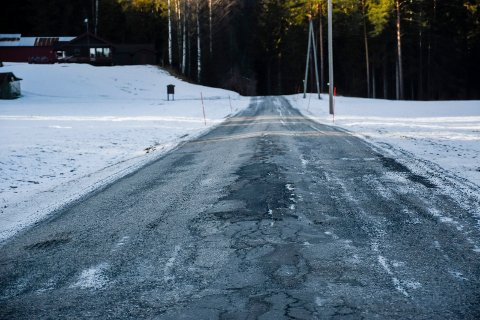 ASFALT PÅ GANG: 3,9 kilometer mellom Skollerud og Killingstrømmen skal få ny asfalt i år. Det er ikke vanskelig å se at det er sterkt tiltrengt.