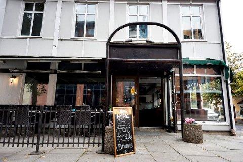 FÅR PRIKKER: Utestedet Home Cafe Bar straffes av kommunen etter en episode som kulminerte i at en stamgjest urinerte foran kommunens skjenkekontroll.