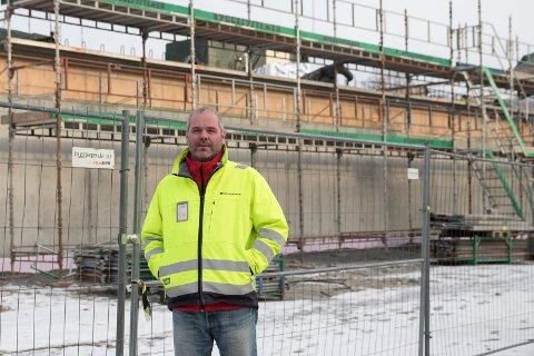 TRE: Mye tre er brukt i byggingen av Heradsbygda Omsorgssenter. Gudni Tor Gunnarson påser at byggeprosessen går som den skal. Kommunikasjonssjef i Ringerike kommune. Mats Øieren, forteller om framdriften.