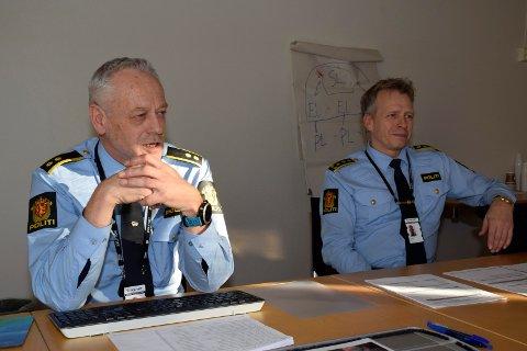 FÆRRE ANMELDELSER: Bent Øye og Kjell Magne Tvenge i Hønefoss-politiet konstaterer at politiet fikk og skrev færre anmeldelser i Ringerike og Hole i fjor enn året før.