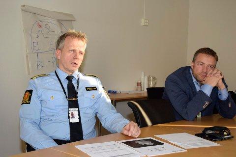 BEVÆPNET: Politistasjonssjef Kjell Magne Tvenge, her sammen med overbetjent Tommy Lafton, sier det ikke er grunn til å være engstelig.