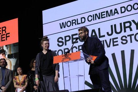 GJEV PRIS: Regissør Benjamin Ree tar imot prisen for «World Cinema Documentary Special Jury Award for Creative Storytelling» under Sundance film festival 2020. Kjente navn som Viggo Mortensen, Isabella Rossellini og Ethan Hawke var til stede under prisutdelingen.