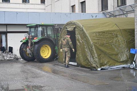 Tirsdag formiddag jobbet Forsvaret med å sette opp telt.