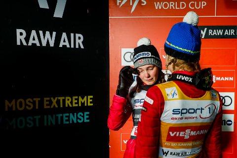 NUMMER TO: Silje Opseth fra Norge og Maren Lundby fra Norge etter Raw Air-turneringen i verdenscup hopp for kvinner i den store Lysgårdsbakken på Lillehammer. Opseth ble først utrop til vinner, men regnefeil gjorde at Maren Lundby vant dagens renn.