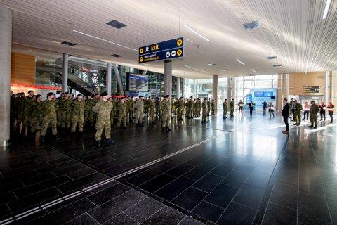 TAKKET HV: Ullensaker-ordfører, Eyvind Jørgensen Schumacher, takket HV-soldatene som siden fredag har voktet grensa på Oslo Lufthavn. Han mener de har vært helt essensielle for kommunen.