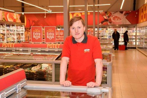 DAGLIG LEDER: Vegard Bekken Huus (24) håper butikken hans får lov til å ha søndagsåpent. Da må i så fall Nes i Ådal bli definert som turiststed først.
