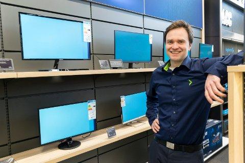 GÅR UNNA: I disse hjemmekontor-tider opplever Christian Johansen og de andre på Elkjøp stor etterspørsel etter pc-skjermer og annet datautstyr.