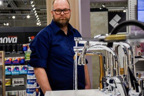 MED VANN: Lurer du på hvordan vannstrålen blir fra kranene. Det kan du teste i butikken. Svein Arne Wien Haugerud viser fram den nye butikken på Hvervenmoen.