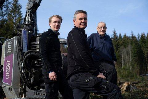 FAR, SØNN OG SØNNENSØNN: Tre generasjoner Fageraas jobber sammen i skogen. Carl-Henrik (t.v.) er tatt inn i familiebedriften sammen med far Ståle og farfar Ole Henrik.