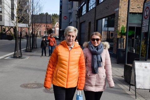 RARE DAGER: Toril Moe (52) og Margrethe Moe (22) fra Hønefoss synes hele situasjonen er uvirkelig.