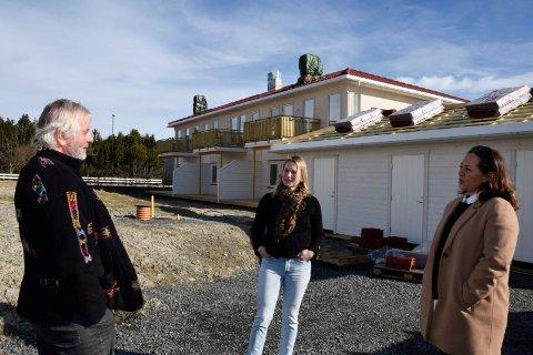 TEGNET: Otto Vaule Olsen i Tyri Hus AS har tegnet seksmannsbolgen, mens Stina Braathen i JK Utvikling representerer utbyggeren. Randi Braathen Ødegaard er eiendomsmegler og skal selge leilighetene.