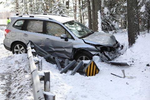 SKADER: Bilen fikk en del skader da den traff autovernet.