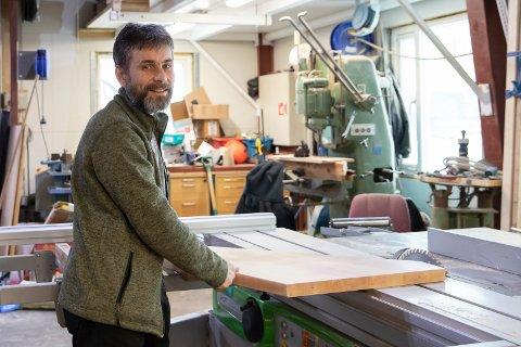 VERKSTED: Gunnar Sund (49) tilbringer mye tid i helgene på snekkerverkstedet sitt.