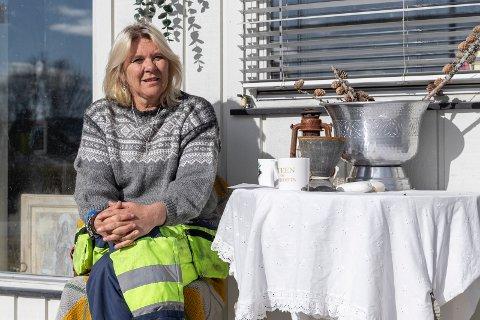 BORG: Hjemmet er på Sokna og der er Bente Johansen (52) trygg. Slik har det ikke alltid vært. – Jeg er bekymret og lei meg, fordi jeg vet mange barn og unge har det ekstra vanskelig i disse dager, sier Bente.