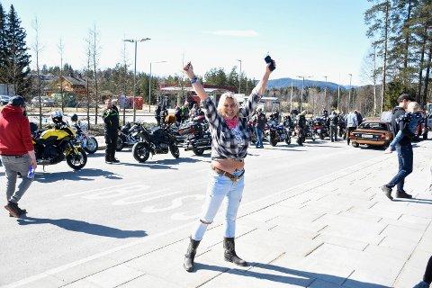JUBLENDE GLAD: Bente Johansen var strålende fornøyd med å ha gjennomført karavanen på Sokna.