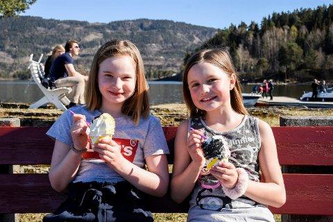FØRSTE SOFTIS: Sophia Søraker (9) og Emilie Henriksen Haglund (10) kunne nyte årets første softis på Garntangen søndag.