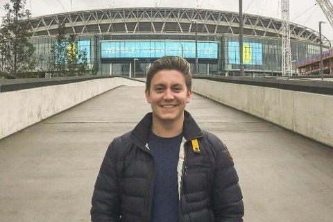 FOTBALLSTUDENT: Mads har studert fotball-leder-rollen i London (Wembley). I fjor begynte han som JIF-leder, men så stoppet mye opp.