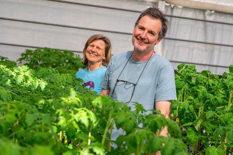 FORNØYDE: Birgitte og Arvid Udo De Haes setter pris på å kunne møte kundene direkte for å gi dem råd og veiledning.