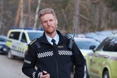 LETER: Politioverbetjent Jens Ole Hval opplyste at det ble funnet et hull i isen. Senere på kvelden ble mannen funnet.