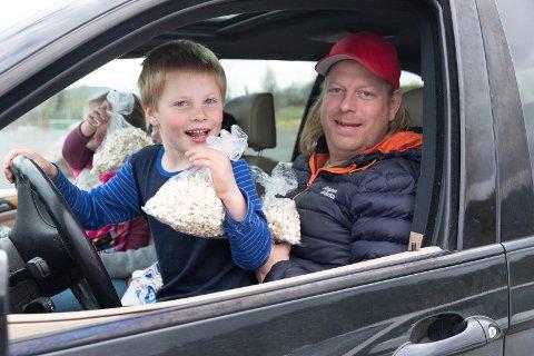 KINO: Pappa Rune Linden (38) og sønnen Benjamin (6) er på driv in-kino og har masse popcorn. Bak den andre popcornposen er Isabella (4) og mamma Helene Bråten (29). – Hyggelig og trygt sier de.