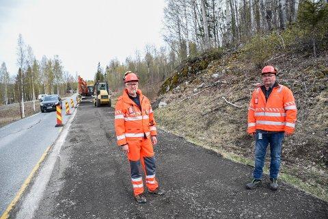 VEIEN FIKSES PÅ: Svein Voldseth og Arne Nyhus ved strekningen som blir rehabilitert ved hjelp av korona-midler fra regjeringen.