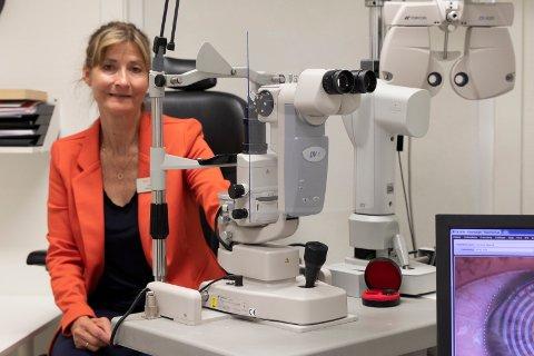 SMITTEVERNTILTAK: Da synsundersøkelser ikke lenger var mulig, valgte optiker Nina Løchen Fogth å holde butikken åpen. Nå er smitteverntiltak på plass og synsundersøkelser tillat.
