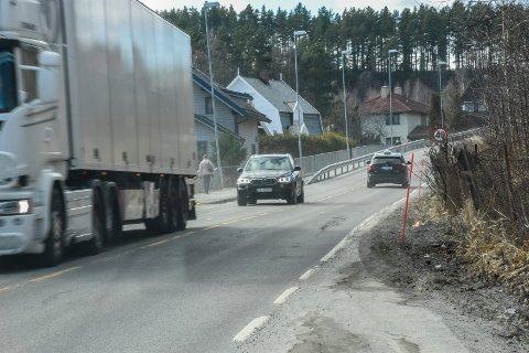 ASKVEIEN: Det er både trangt og uoversiktlig i Askveien. Derfor er planen å styre trafikken inn til Hønefoss utenom denne veien når ny E16 en gang står klar.