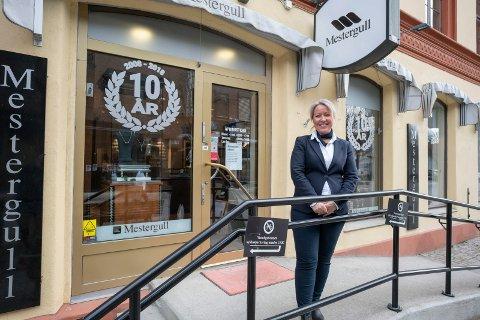 IKKE STENGT: Monica Matko, som er innehaver av Mestergull-butikken i gågata i Hønefoss, holder åpent for kundene.