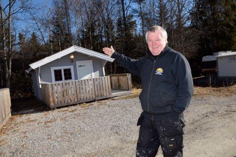 PUSSER OPP: Trond Helge Buttingsrud benytter tiden mens campingplassen er korona-stengt til å male hytter.