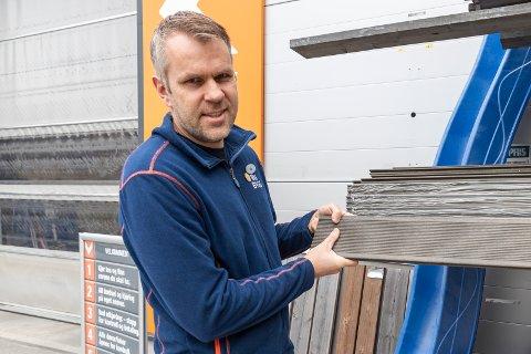 VAREHUSET ER STENGT; MEN IKKE NETTBUTIKKEN: Vidar Antonsen er  sjef for Obs bygg i Hønefoss. Siden åpningen for fem år siden har opplevd eventyrlig vekst.