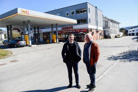 TIL SALGS: Finn Benterud (til høyre) selger Mobilgården, og eiendomsmegler Martin Molandsveen i Eiendomsmegler 1 Ringerike tror mange vil vurdere å kjøpe.