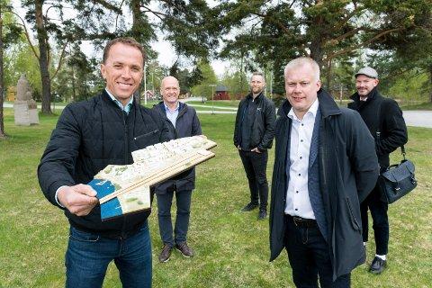 STORE PLANER: Nils Kjetil Tronrud med modellen for framtidens Helgelandsmoen. Daglig leder i XPND, Morten Pettersen (til høyre). I bakgrunnen er Hole-ordfører Syver Leivestad og arkitektene Fergus Sørli og Espen Veiby i A-lab.