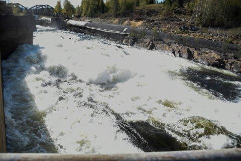 STERKE KREFTER: Her går det omtrent 80 kubikkmeter vann i sekundet, men ved storflom kan man komme opp i 5-600 kubikkmeter ved Hensfossen.