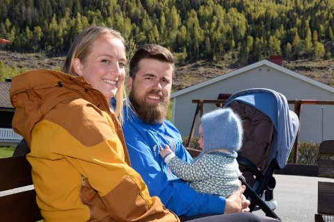 BLE FORELDRE I ROMJULEN: Sandra Bruflot og Christopher Amundsen Wand fikk en gutt 4. juledag. Her er de med lille Embla, som nå har blitt storesøster.