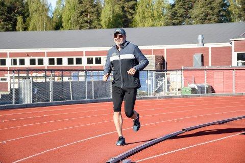 MARATON PÅ BANE: Geir Dahl løp 105 runder i Hønefoss idrettspark på nasjonaldagen.