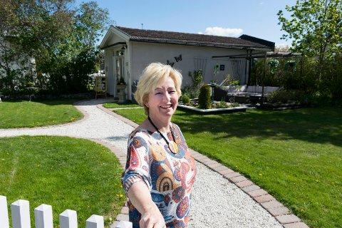 SALONG I HAGEN: Alida van Rooijen tar imot kunder til hårklipp i annekset i hagen hjemme i Hønefoss.